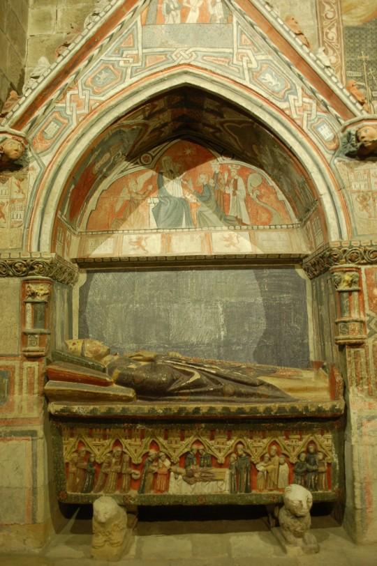 Sepulcro coloreado para un personaje importante en la Catedral Vieja.