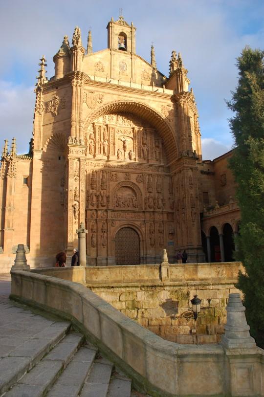 El sol sobre la fachada del convento de San Esteban.