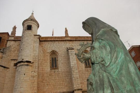 Estatua de Juana la Loca ante la iglesia de San Antolín.
