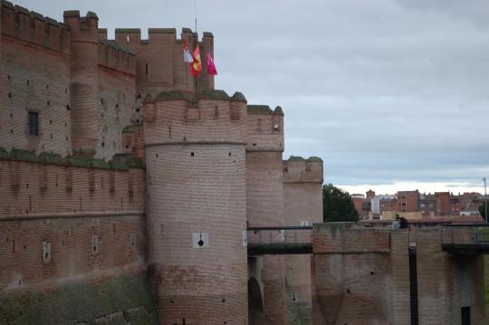 Los muros de ladrillo mudéjar del castillo de La Mota.