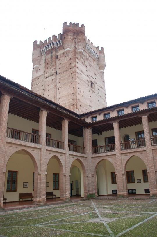 El patio y la torre del homenaje del castillo de La Mota.