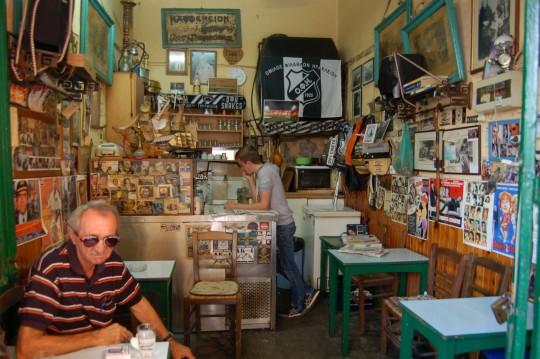 Una pequeña y antigua ouzerie en la calle del Mercado.