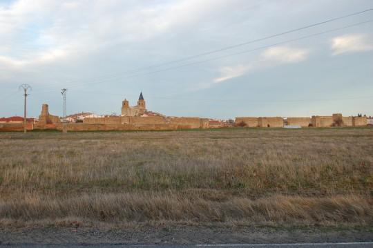 Vista general de Madrigal de las Altas Torres, con lo que queda de sus murallas.