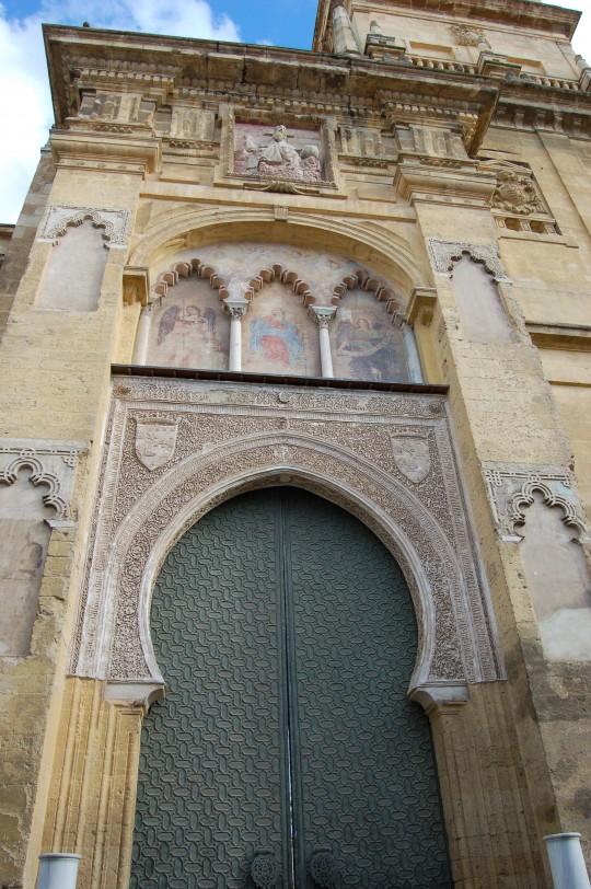 Una de las puertas, con la mezcla cristiana y musulmana.