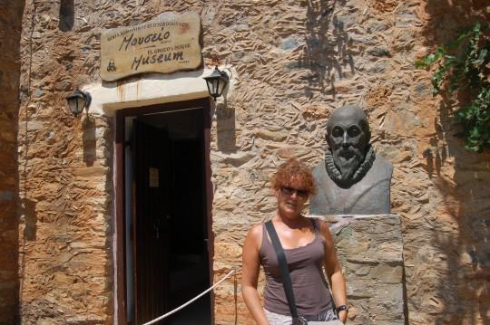 Ante la casa de la supuesta casa de El Greco en Fodele.