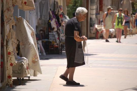 Vendedora de bordados en Fodele.