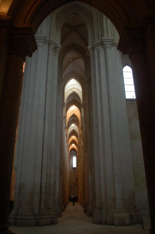 Altísima nave lateral en la iglesia del monasterio de Alcobaça.