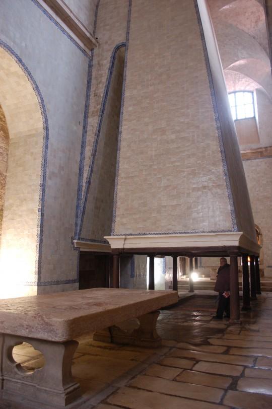 La espectacular chimenea de la 'cocinita' del monasterio.