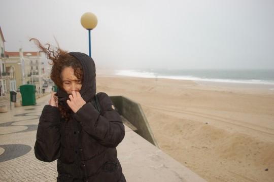 Aguantando el temporal en el Paseo Marítimo de Nazaré.