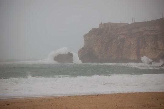 El mar bravío en la playa de Nazaré.