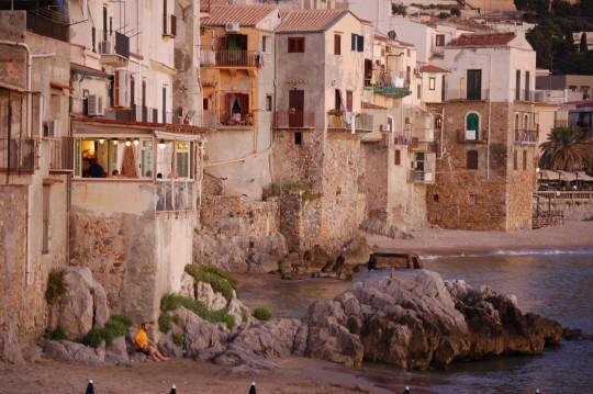 Casas de Cefalú, en Sicilia, al borde de la playa.