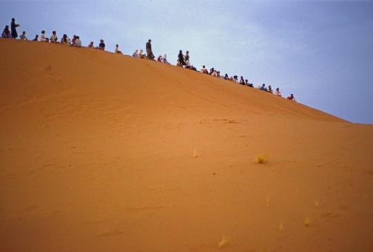 Viendo el amanecer en el desierto marroquí.