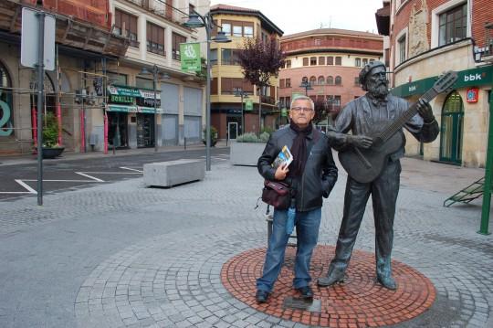 Junto al bardo José María de Iparraguirrre, autor de 'Gernikako arbola'.