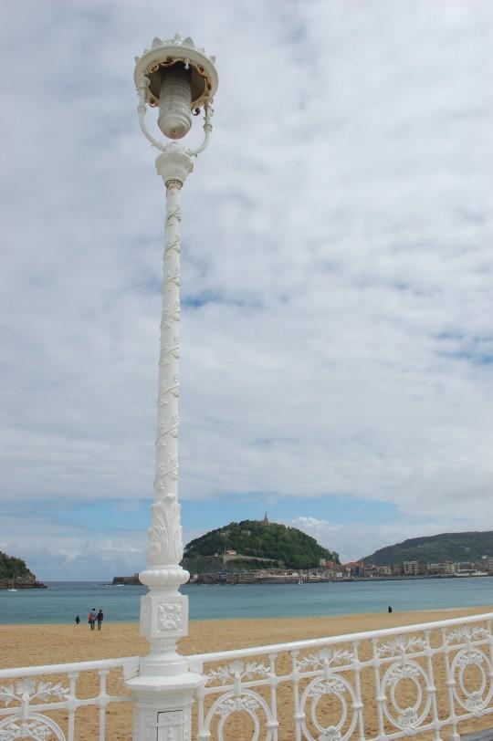 Farolas y barandilla en la playa de La Concha.