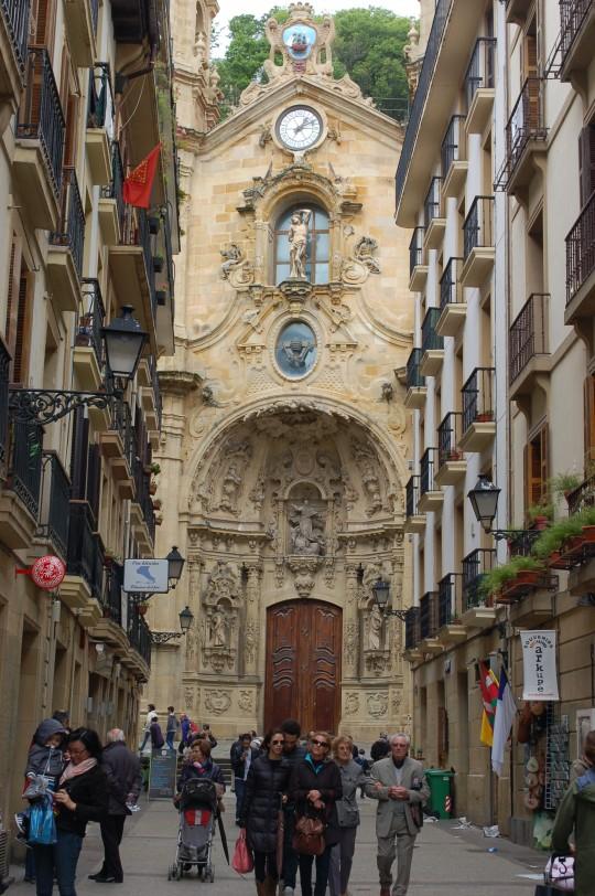Una calle de la Parte Vieja, con la fachada de la basílica de Santa María del Coro.