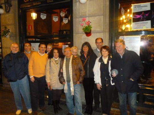 Dani, Elena, Joseba, Verónica, Penélope, Uly, Carmen, Arantxa, Jorge, Izaskun y Javi, la nueva cuadrilla, ante el Café Iruña.