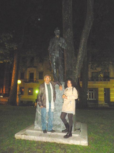 Gaditanos ante la estatua de Sabino Arana.