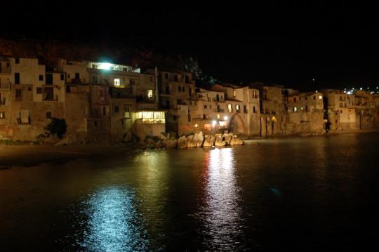 La noche en el puerto antiguo. Faltan las barcas y la película proyectándose para que fuera como en 'Cinema Paradiso'.