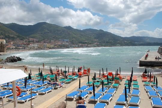 La hermosa playa de Cefalú, casi desierta por el mal tiempo.