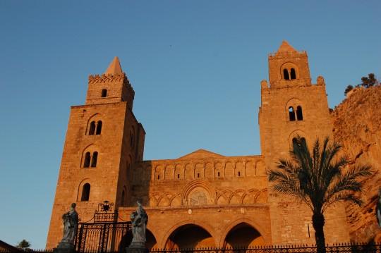 La fachada del Duomo, dorada al atardecer.