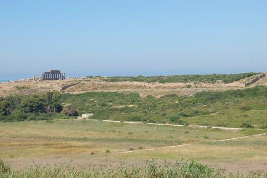 El templo C a lo lejos sobre el mar.