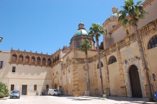 La catedral de Mazara del Vallo, y plaza de la República.