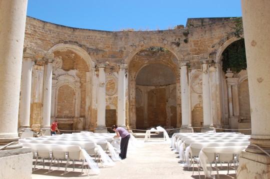 Preparativos de una boda en la iglesia en ruinas de los jesuitas.