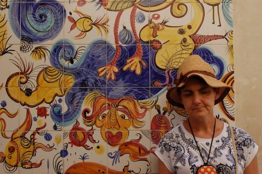 Las calles de Mazara están llenas de azulejos decorados.