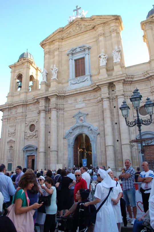 Ambiente de Corpus ante la fachada del Duomo.