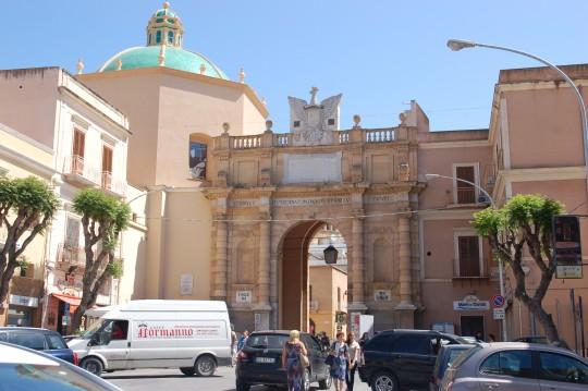 La Porta Garibaldi, una de las entradas.