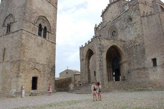Ante la catedral ya se empezó a cubrir el cielo... y los hombros.