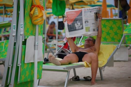 Leer el periódico como sea...