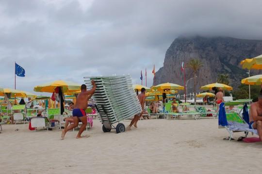Al final del día, se retira todo el material de playa.