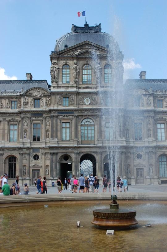 En las puertas del Louvre...
