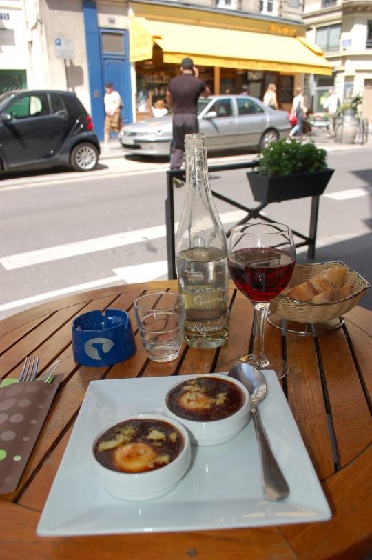 Un almuerzo frugal pero muy francés: huevos cocotte con una copa de Beaujolais.