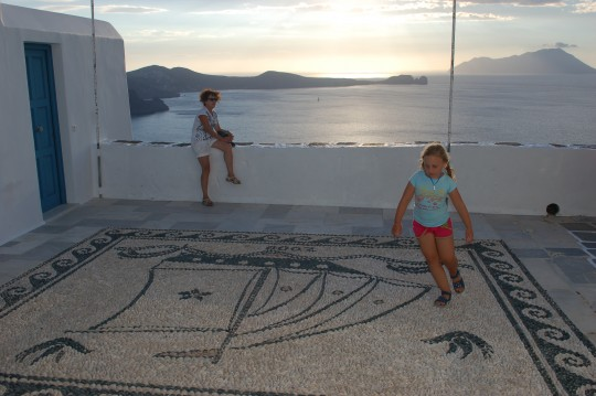 Mosaicos ante una iglesia de Plaka.