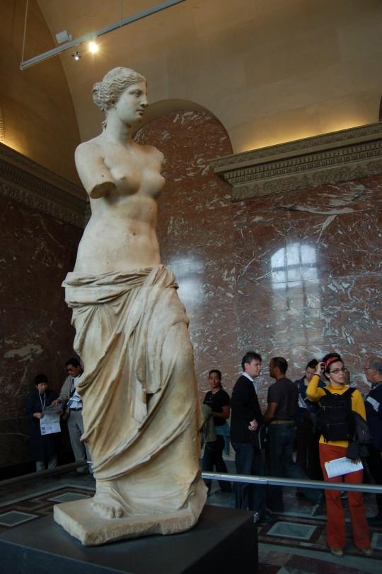 Afrodita, o la Venus de Milo, en su sala del Louvre.