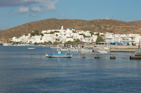 Adamas, el puerto principal de Milos, muy de mañana.