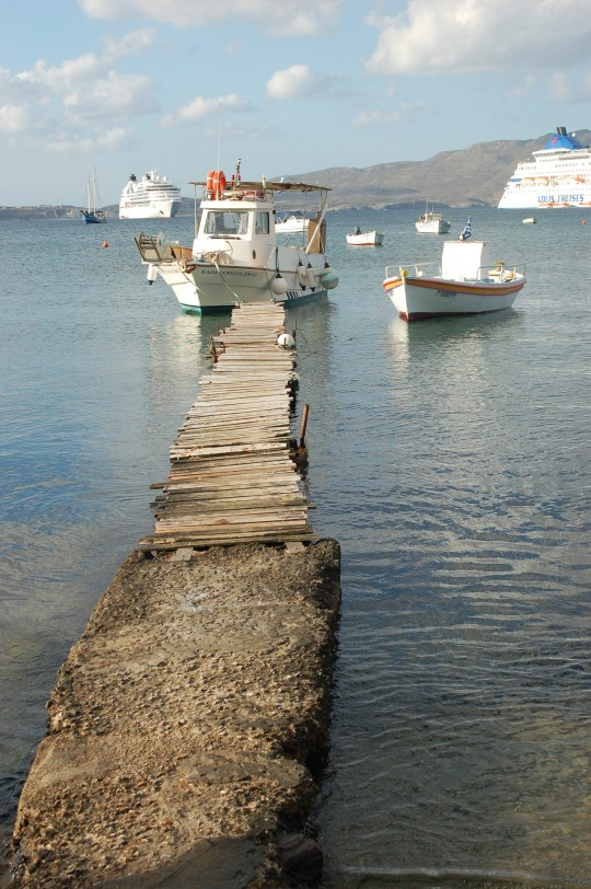 Barcas en la bahía de Adamas.