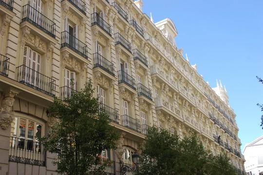 Las limpias fachadas ahora de la calle Arenal.
