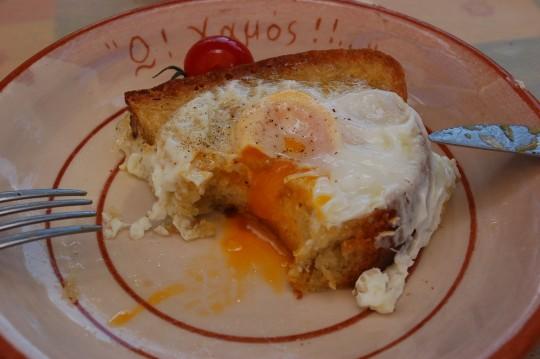 Huevo frito con su pan, en la taberna O' Xamos de Adamas.
