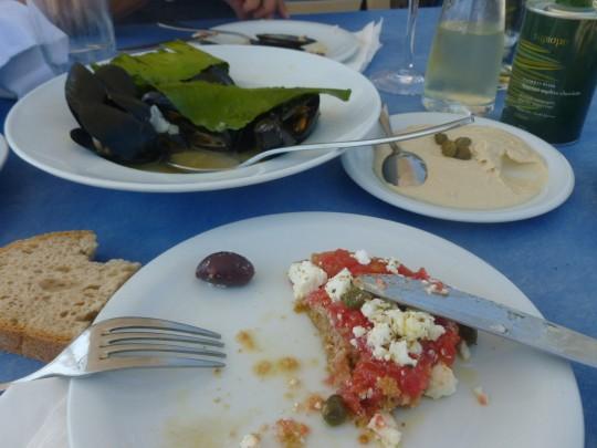 'Dakos', mejillones con hojas de limón y 'taramosalata' en el Elaion de Pollonia.