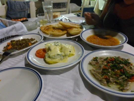 Y ahora, boquerones en vinagre, patatas gratinadas con queso, huevas de erizos y más 'pitarakia' en Kynigos de Adamas.