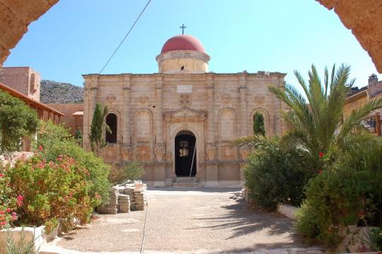 Lo que pude fotografiar de la fachada de la iglesia y el patio del monasterio.