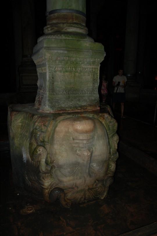 La cabeza de Medusa que sostiene una de las columnas de la Cisterna.