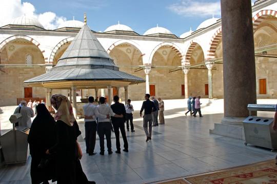 Grupos se fotografían en el patio de la mezquita de Fatih.