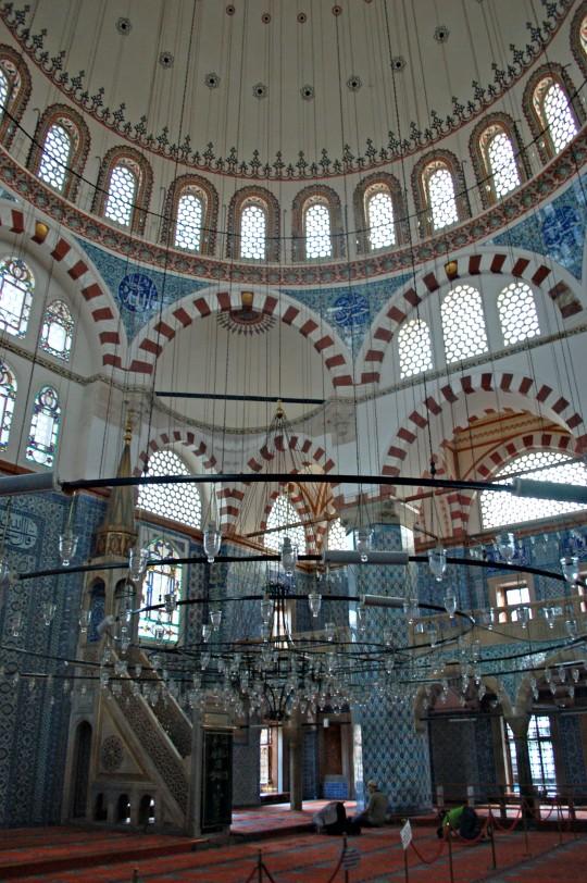 El azulado interior de la modesta Rustem Pasá.