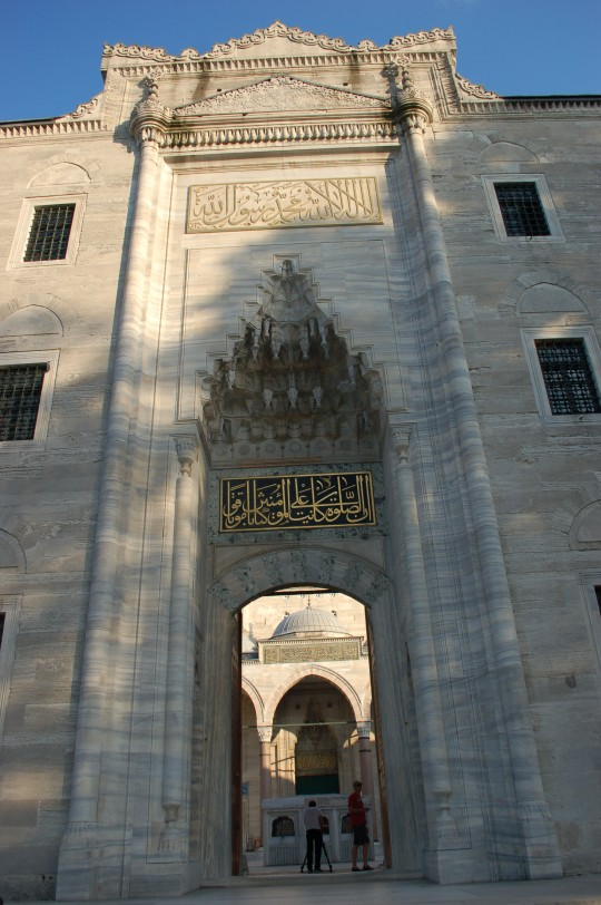 La monumental entrada al patio de Suleimaiye.