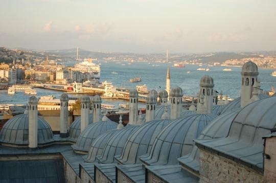 El Bósforo, tras las cúpulas de Suleimaniye.