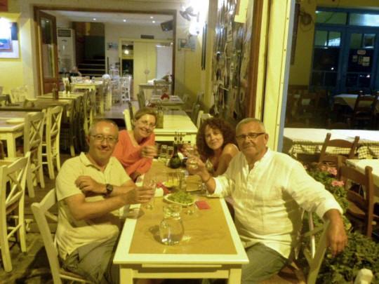 Cenando en el Glossitses de La Canea con Isabel y Santiago, dos de nuestros lectores.